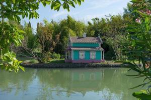 hermosa casa colorida para pájaros en un parque público foto