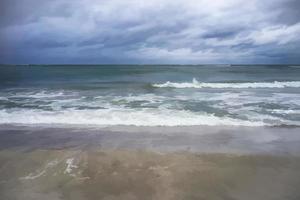 paisaje marino con vistas al mar Báltico en un nublado clima primaveral foto