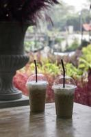 Cafés helados en una mesa al aire libre con vista al jardín foto