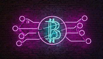 Lámpara de neón con logo de bitcoin iluminada en azul y rosa en la pared de ladrillo. Representación 3d foto