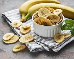 rodajas de plátano confitado secas o chips foto