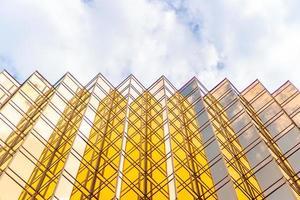 Edificios altos dorados y reflejos de vidrio en la isla de Hong Kong, conceptos comerciales de edificios y arquitectura. foto