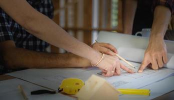 Imagen de fondo del taller de carpintería de muebles, carpinteros mesa de trabajo de material de madera industrial con diferentes herramientas artesanales y soporte de corte de madera, imagen de filtro vintage foto