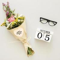 vista superior, ramo de flores, y, anteojos foto