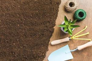 Vista superior de herramientas de jardinería en el suelo foto