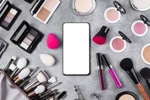 concepto de escritorio de maquillaje de vista superior con espacio de copia foto
