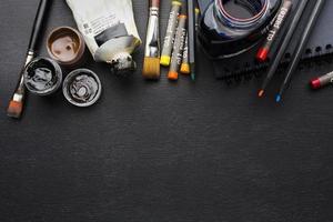 Vista superior de varios pinceles con crayones y copie el espacio. foto
