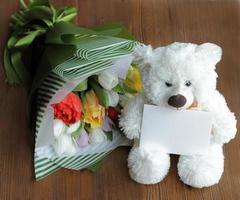 osito de peluche blanco con notecard en blanco y ramo foto