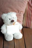 oso de peluche blanco y tarjeta en blanco foto