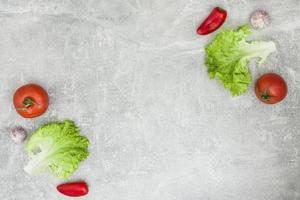 verduras frescas sobre fondo de pizarra foto