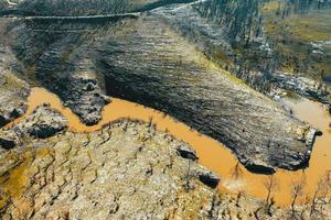 Vista aérea de la regeneración forestal y un depósito de agua en la región de Australia. foto