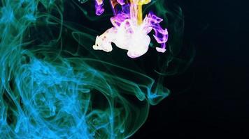 gouttes d'encre abstraites et étalées dans l'eau video