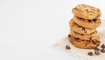 pila minimalista de deliciosas galletas con espacio de copia foto