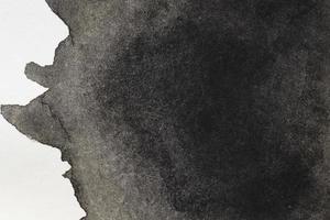 misteriosa mancha negra pintada a mano superficie blanca foto