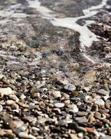 guijarros de agua y playa foto