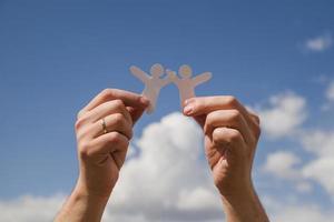 muñecos de papel contra el cielo foto