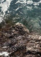 roca oceánica con olas foto