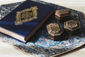 concepto de ramadán con corán foto