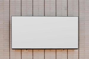 Cartelera rectangular en blanco blanco en una pared rayada foto