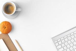 escritorio blanco con espacio de copia foto