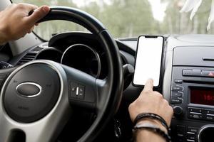hombre sentado en el asiento del conductor con teléfono foto