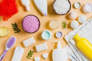 Productos cosméticos naturales para el cuidado de la piel sobre fondo naranja. foto