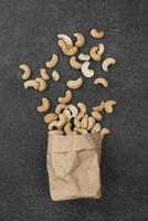 bolsa de papel llena de anacardos crudos saludables foto