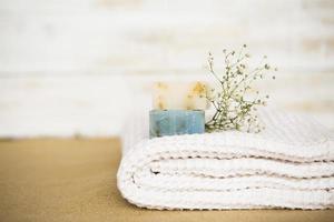 Toalla de jabón sobre fondo de spa foto
