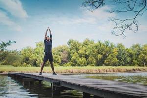 hombre haciendo ejercicio en un puente foto