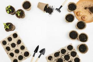 Vista superior de herramientas de jardinería y macetas. foto