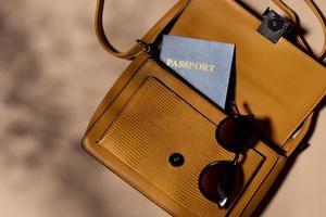 Cerrar mochila con pasaporte y gafas. foto