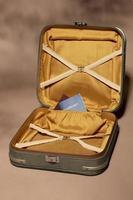 maleta con pasaporte lleno foto