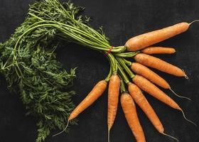 arreglo de vista superior de zanahorias frescas foto