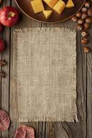 Vista superior de la comida de otoño con espacio de copia y tela de arpillera foto