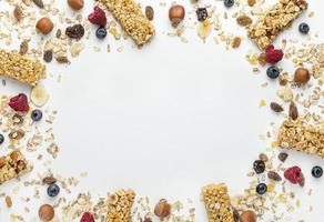 Vista superior de barras de cereales para el desayuno con frutas foto