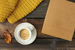 Vista superior de la taza de café en la mesa de madera foto