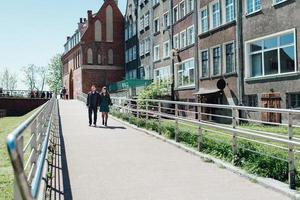 Feliz chico y chica caminando por las calles turísticas de la vieja Europa foto