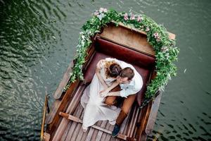un viaje en barco para un chico y una chica por los canales y bahías del río foto