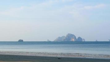 weißes strand blaues meer am railay beach kraki video