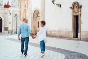 chico y una chica caminan felices por la mañana en las calles vacías foto