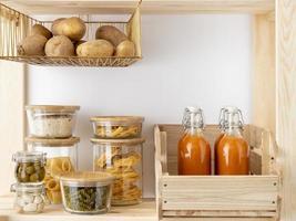 alimentos organizados en la despensa foto