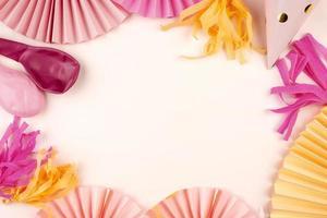 decoraciones de fiesta rosa y amarillo foto