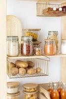 contenedores de almacenamiento de alimentos en los estantes foto