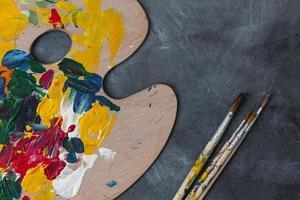 Pinceles en el escritorio del artista foto