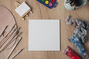 página en blanco sobre un escritorio de artista foto