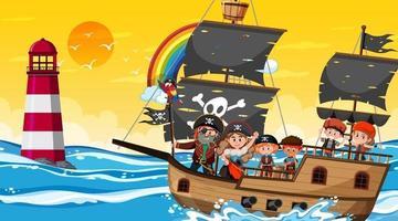 Escena del océano al atardecer con niños piratas en el barco. vector