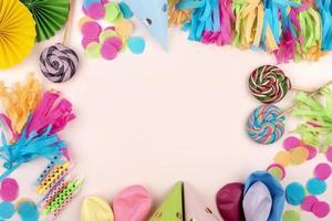 decoraciones de cumpleaños sobre fondo rosa foto