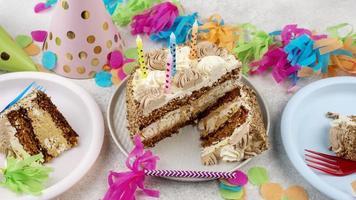 pastel de cumpleaños en platos foto