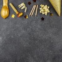 decoraciones de fiesta de oro sobre fondo negro foto