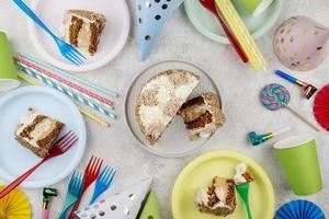 Vista aérea de la torta de cumpleaños y artículos para fiestas. foto